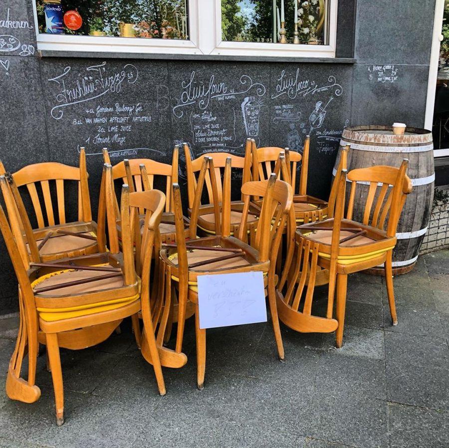 Sucht jemand von euch noch Stühle? Das @unslueue auf dem Fürstenwall verschenkt gerade 14 Stühle :-) Stehen direkt vor der Tür und werden nicht mehr benötigẗsseldorfbilk