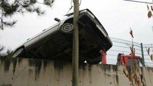 Amasya haberleri: İstinat duvarından uçmaktan telefon direği kurtardı