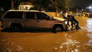 Antalya'yı sağanak vurdu: Birçok araç yolda kaldı