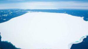 Antarktika'dan koparak sürüklenen buz dağı görüntülendi
