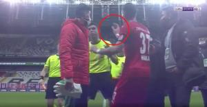 Beşiktaş-Sivasspor Maçında Görülmedik Olay: Hakeme Pozisyonu Cep Telefonundan İzletince İkinci Sarıdan Oyundan Atıldı