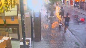 Bisikletli hırsızı şemsiye fırlatarak durduran kadın