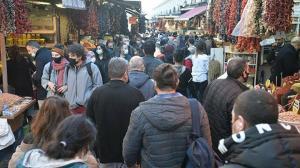 Eminönü'nde adım atacak yer kalmadı: 4 günlük kısıtlama öncesi vatandaşlar akın etti