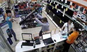 İade Etmek İstediği Televizyonu Garanti Süresi Dolduğu İçin Kabul Etmeyen Mağaza Çalışanının Üzerine Fırlatan Müşteri