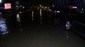 İzmir'de araçlar suyun altında kaldı
