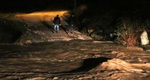 İzmir'de sel sularına kapılan araçtaki 5 kişiden ikisi kayboldu