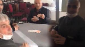 Kumar oynarken yakalandı! Çayını karıştırmaya devam etti