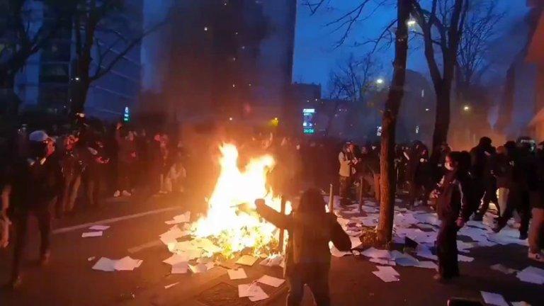 Paris'te Bir Bankaya Giren Eylemciler Bankada Bulunan Tüm Evrakları Ateşe Verdi