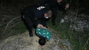 Polisten kaçarken yolun bittiğini görmeyip otomobille tarlaya düştüler