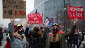 Polonya'da sıkılaştırılan kürtaj yasasına tepki