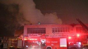 Sivas'ta sanayi sitesinde korkutan yangın: 4 iş yerinin çatısı kullanılmaz hale geldi