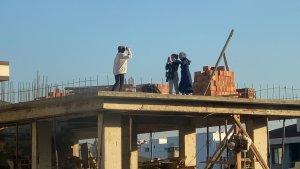 Sultanbeyli'de genç kızların inşaat çatısındaki tehlikeli fotoğraf çekimi