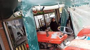 Traktör, çay ocağının bahçesine girdi