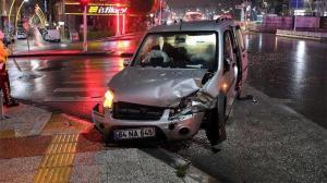 Uşak'ta hafif ticari araçla minibüs çarpıştı: Yaralılar var
