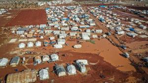 Üşüyoruz çok soğuk, hiçbir şeyimiz yok: Yüzlerce çadır sular altında kaldı