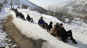 Bingöl'ün karlı yolları çocuklar için kayak pistine dönüştü