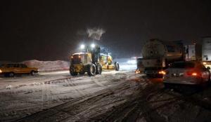 Bitlis'te kar yağışı ulaşımı olumsuz etkiliyor