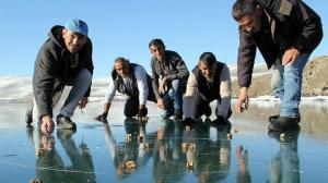 Çıldır Gölü buz tuttu: Üstünde 'aşık' oynadılar