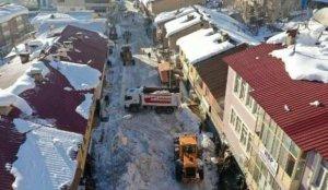 İlçede biriken 2 metrelik kar hayatı felç etti!