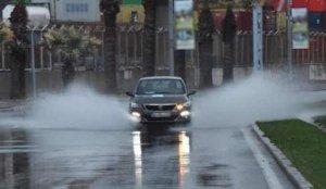 İzmir'de dolu ve sağanak: Caddeler suyla doldu