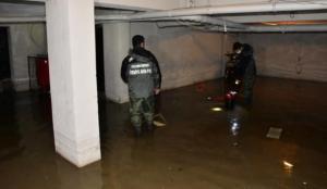 İzmir'de yine aynı görüntüler! Sağanak sonrası evleri su bastı