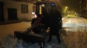 Örnek muhtar: Kardan kapanan yolları kendi açtı