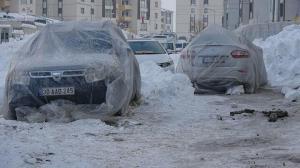 Yüksekova buz kesti: Araçlara naylon battaniye örtüldü