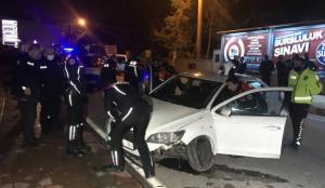 Antalya'da polis denetiminden kaçan otomobil kaza yaptı