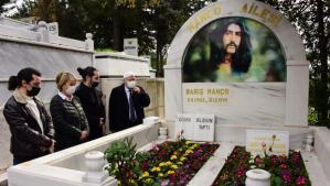 Barış Manço mezarı başında anıldı! 22 yıl oldu…