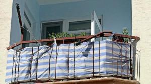 Beşinci kattan düştü: Alt kattaki balkonun çamaşır telleri sayesinde hayatta kaldı