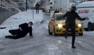 Buz tutan yolda düşen yurttaşlar kamerada