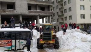 Çatıdan düşen tonlarca karın altında kalan 3 kişi kurtarıldı