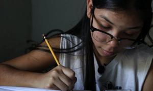 Covid: 16 yaşındaki Valeria, okula gidemeyen çocukları eğitmek için evini sınıfa çevirdi