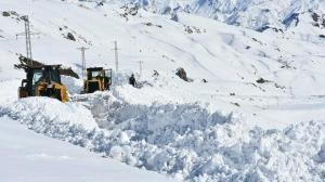Eksi 30 derecede 5 metre karla yoğun mücadele: Araçlar donmasın diye sürekli çalışıyorlar
