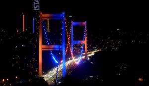 FSM Köprüsü Dünya Kanser Günü'ne dikkati çekmek için ışıklandırıldı