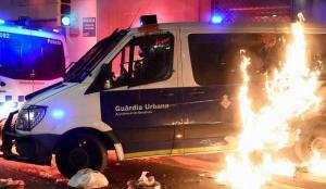 İspanya'da olaylı protesto: Polis aracını yaktılar