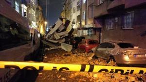 İstanbul'da fırtına çatıları uçurdu; köprüde motosikletliler düştü
