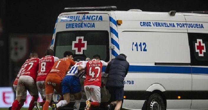 Sahaya giren ambulans arızalandı, futbolcular itti