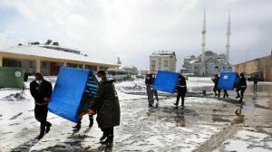 Sokak hayvanlarına dondurucu soğukta sıcak yuva