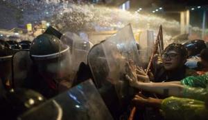 Tayland'da hükümet karşıtı protestocu gruplar polisle çatıştı