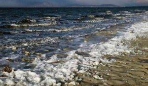 Tedirgin eden görüntü: Burdur Gölü köpüklendi