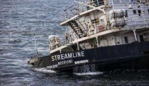 Zeytinburnu'nda karaya oturan gemi denize sürüklendi