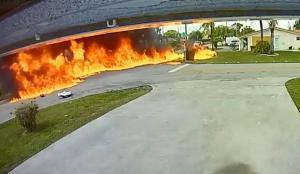 ABD'de inanılmaz kaza: Uçak otomobilin üzerine düştü