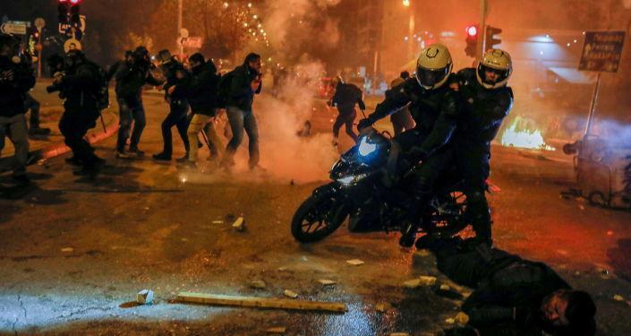 Atina'yı polis şiddetine karşı protestolar sardı