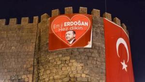Diyarbakır Kalesi'ne Kürtçe 'Biz Erdoğan'ı Seviyoruz' Pankartı Asıldı