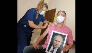 Elinde Putin portresiyle aşı oldu