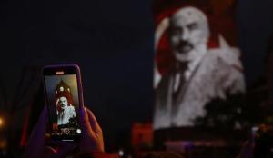 İstiklal Marşı'nın kabulünün 100'üncü yılına özel Galata Kulesi'nde video mapping gösterisi
