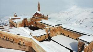 Karla kaplı Tarihi İshak Paşa Sarayı'nda büyüleyici manzara