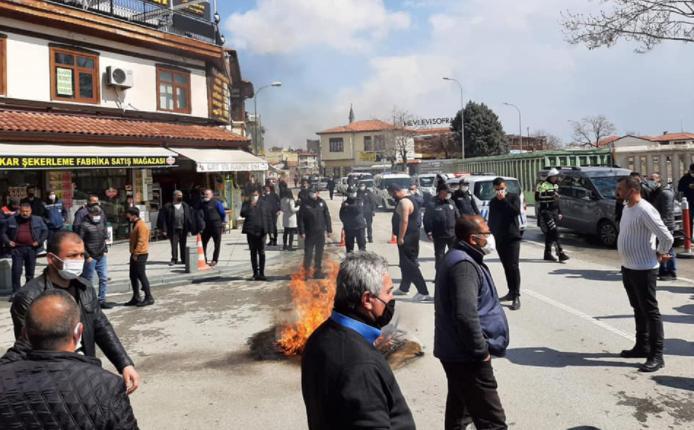 Konya'da Esnaf İsyan Etti: 'Kongreler Lebalep Dolu, Virüs Sadece Bize mi Var?