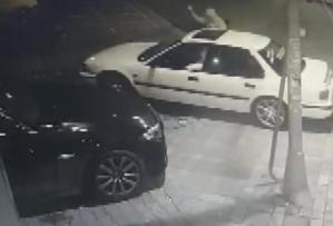 Lüks Otomobilin Hayalet Göstergesini Çalıp Kameraya Zafer İşareti Yapan Hırsız